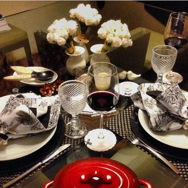 A Preto e branco: mesa para o jantar