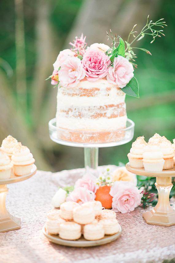 MINI BOLO COM FLORES Tendência: mesa com bolos variados