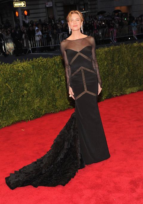 34 Para as convidadas: vestido longo preto