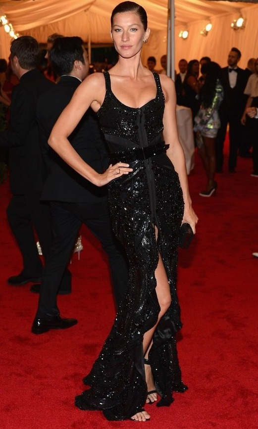 91 Para as convidadas: vestido longo preto