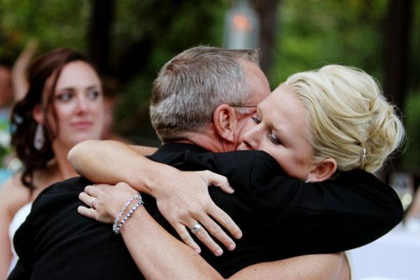 reception bride hugging her father Lembrancinha para o pai