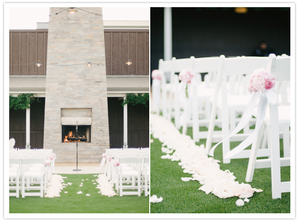 simple white wedding 12 Flores nas cadeiras
