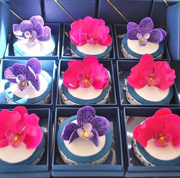 MINI BOLO COM ORQUÍDEAS Mini bolo + orquídeas