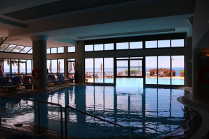 cliff bay hotel piscina interna copy 300x200 CLIFF BAY HOTEL PISCINA INTERNA (Copy)