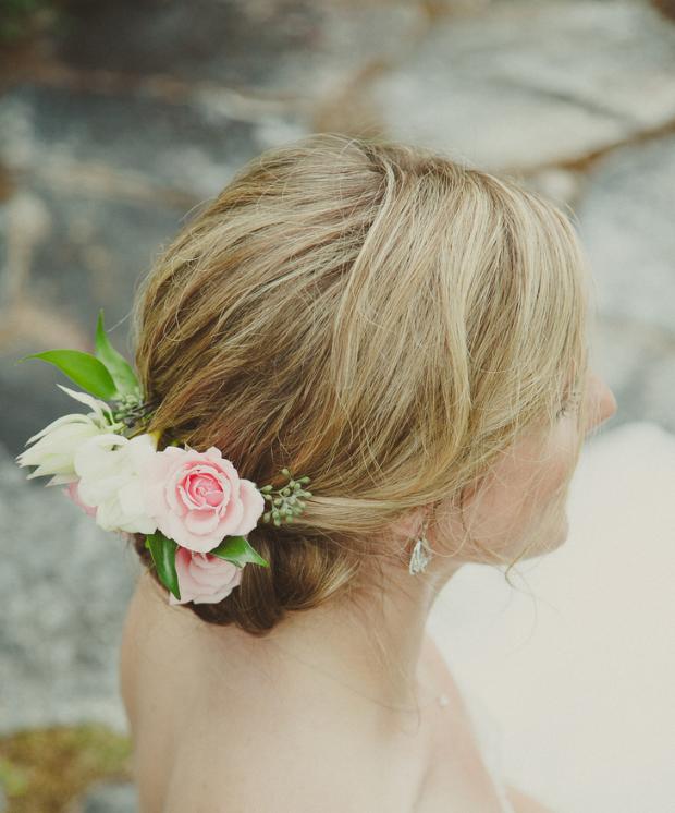 flores no cabelo Coque baixo + flores naturais
