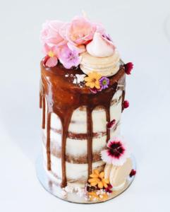 drip cake com macarons suspiro e flores 241x300 drip cake com macarons suspiro e flores